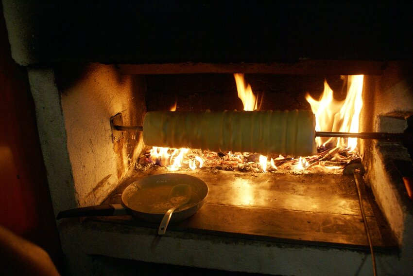 The preparation of a traditional Prügeltorte from Brandenberg takes place over a fire place (beech tree fire) - Alpbachtal