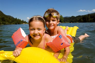 Children having fun at Reintalersee in Kramsach | © Alpbachtal Seenland Tourismus  | Bernhard Berger