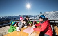 Enjoying the sun on the Schatzberg | © Ski Juwel Alpachtal Wildschönau